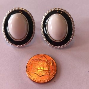 Jewelry - Vintage black&white silver look earrings